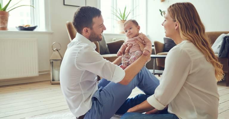 Ouders thuis met hun baby